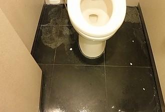 トイレ床御影石研磨施工前